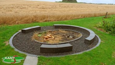 På denne bålplads er støbt 30x30 cm i koksgrå beton bænk